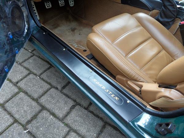Einstiegsleisten mit Roadster-Schriftzug